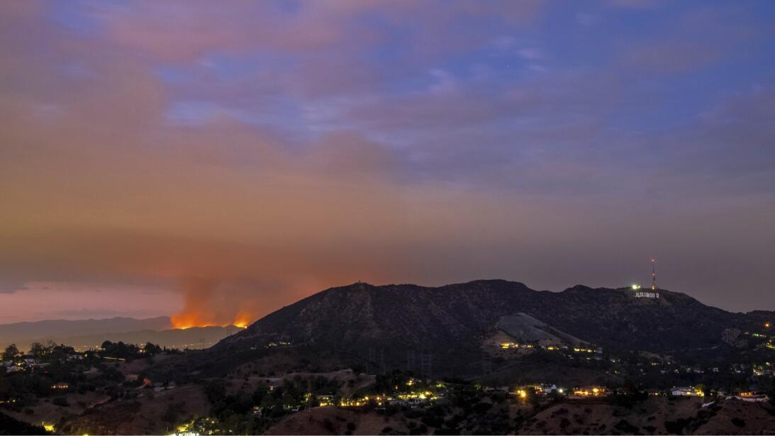 Detrás del letrero de Hollywood el incendio La Tuna arrasa zonas de Burb...