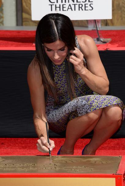 Sandra Bullock firmando.