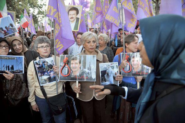 En París, unas 300 personas, incluidos iraníes, se reunieron ante el Cen...