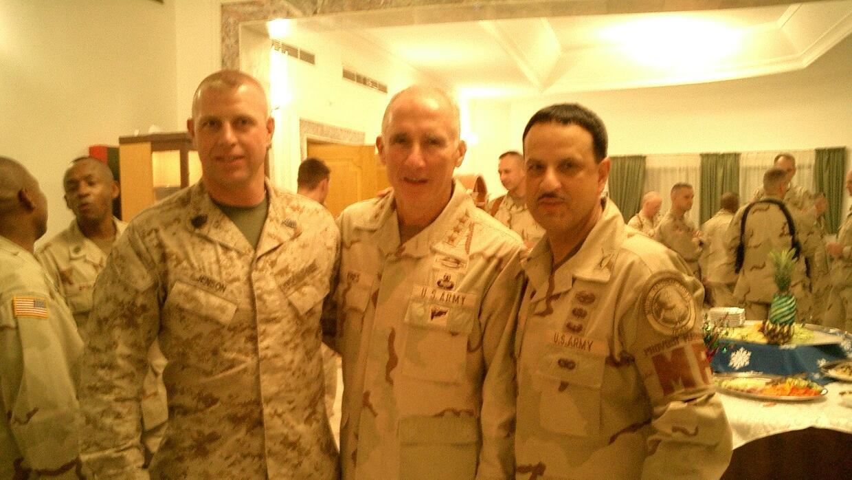 Coronel Claudio con su superior el Teniente General Vines (Centro) en Iraq