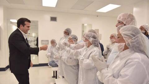 El gobernador Ricardo Rosselló en la empresa Boston Scientific en...