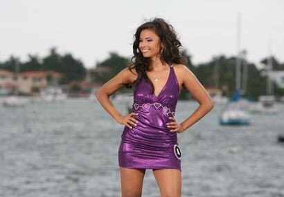 El color de su vestido contrastaba muy bien con el del agua y el cielo.....