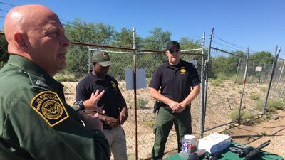 Agentes explican el entrenamiento de la agencia sobre el uso de fuerza con armas letales y no letales