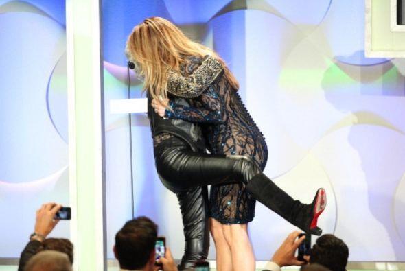 ¡No solo eso!, doña Rita Moreno se le colgó a JLo y le enrroscó la piern...