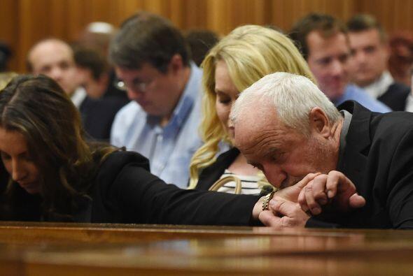 Henke, padre del atleta, besa a su hija Aimee Pistorious antes de conoce...