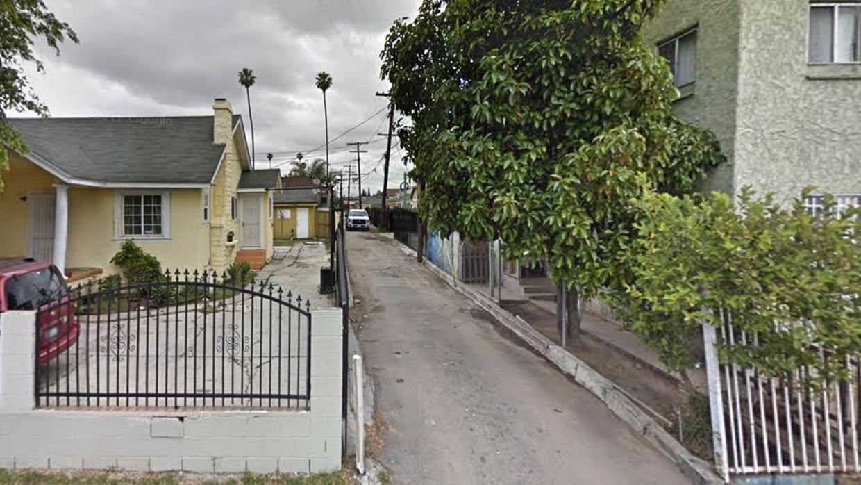 El LAPD informó que en este callejón de Vermont Knolls fue abandonado el...