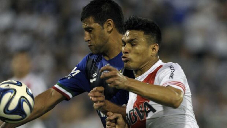 Teo Gutiérrez y Sebastián Dominguez disputando el esférico.