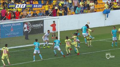 ¡Fuerte choque de cabezas! Un jugador del América se impactó contra uno del Querétaro