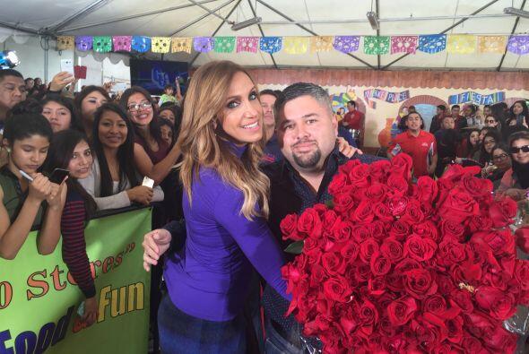 Un admirador le llevó este gigantesco ramo de rosas a la conductora.