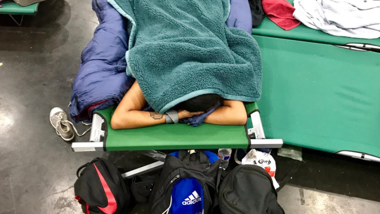 Esta evacuada por Harvey duerme en mitad del día, exhausta tras hacer de...