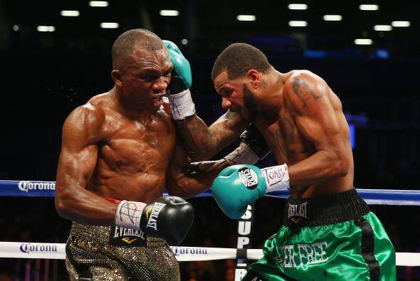 La batalla fue a palo y palo, ninguno de los dos boxeadores rehuyó al in...
