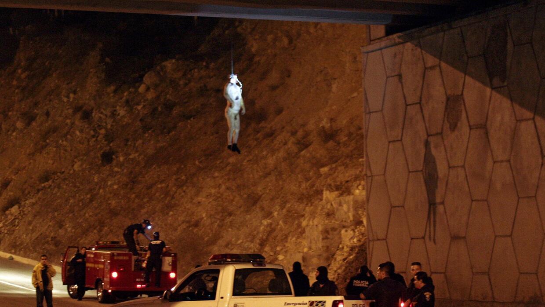 El cuerpo de un hombre fue colgado de un puente el 17 de octubre de 2009.