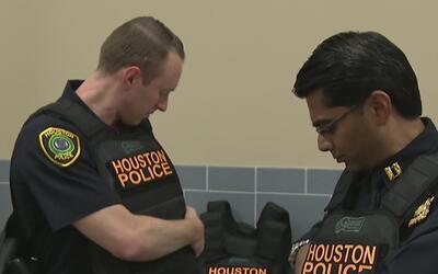 Donan chalecos antibalas al Departamento de la Policía de Houston
