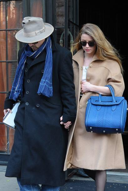 El actor no suelta a su novia Amber Heard ni para ir a la esquina.Mira a...
