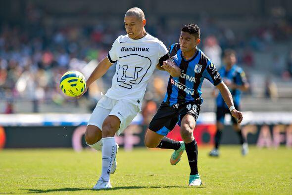 Dario Verón compartió la defensa central con el refuerzo uruguayo Gerard...