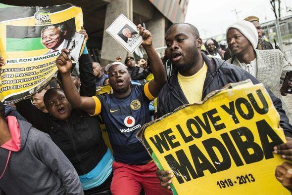 """""""Te amamos Mandela"""", dice el cartel de un grupo de sudafricanos que lleg..."""