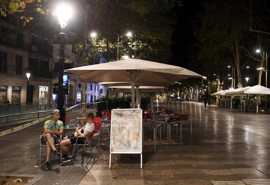 La noche en Barcelona tras un día de terror GettyImages-833944130.jpg