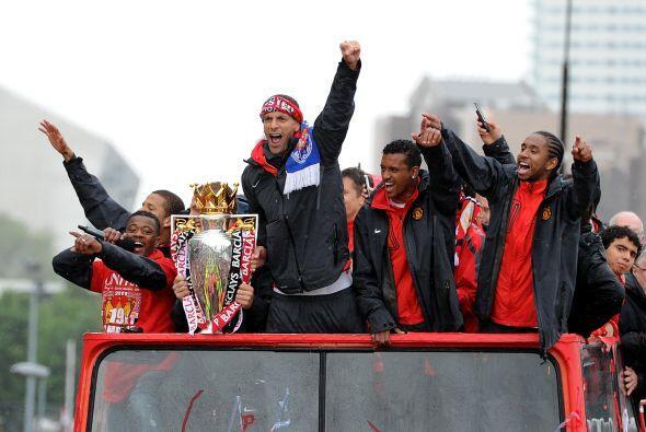Y más tarde, Rio Ferdinand, capitán del United, gritaba canticos de club...