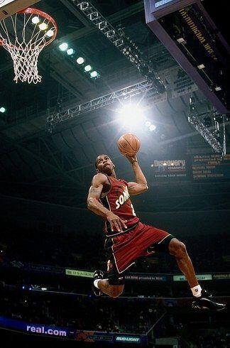 2001 - Desmond Mason de los Seattle SuperSonics la vuelca sobre un compa...