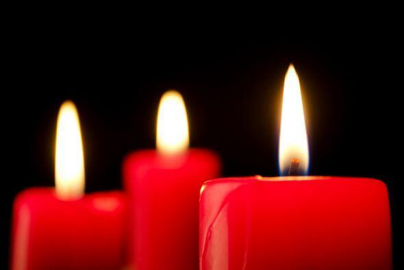 Busca algunas velas de color rojo, preferentemente tres, pero de diferen...