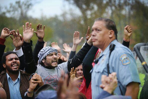 En medio del tenso enfrentamiento, algunos manifestantes cantaron la can...