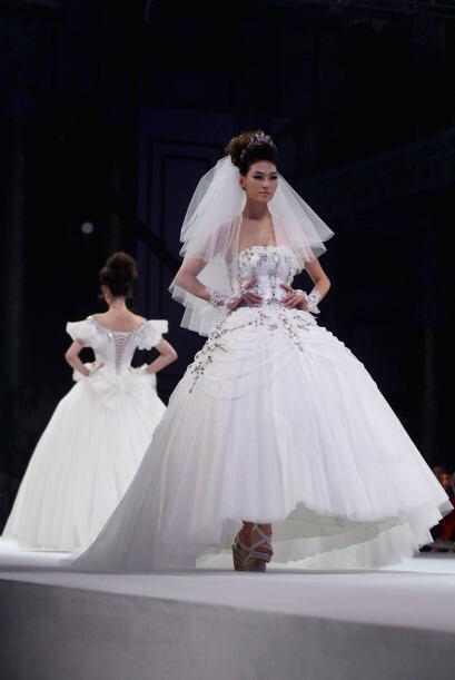 La crinolina en el fondo hará que el vestido no se le pegue a las pierna...