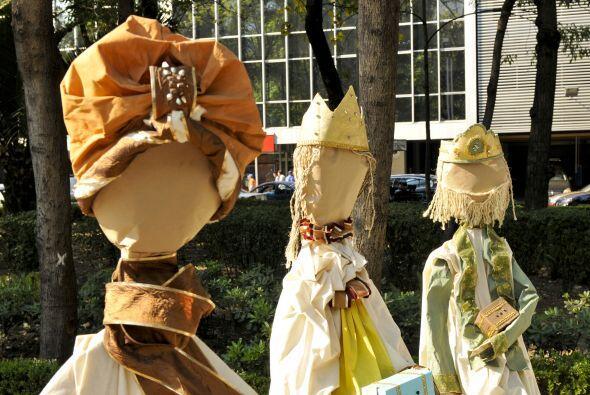 Hay nacimientos hechos con retacería de telas viejas. Aquí los tres Reye...