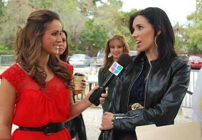 Melissa, como toda una experta, entrevistó a las chicas que fueron a las...