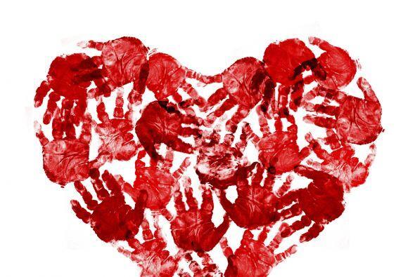 Huellas de manos con forma de corazón. Solo necesitas pintura y papel pa...