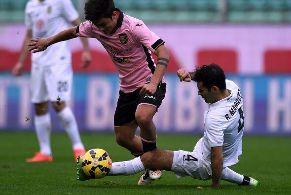 El defensa del Hellas Verona se quedó en la banca este domingo después d...