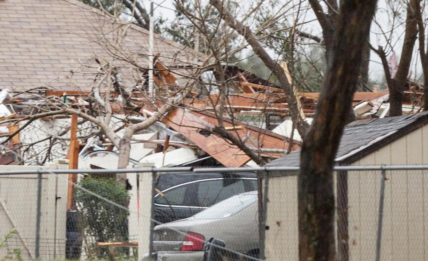 Tornados dejan una docena de muertos en Texas GettyImages-502601450_mast...