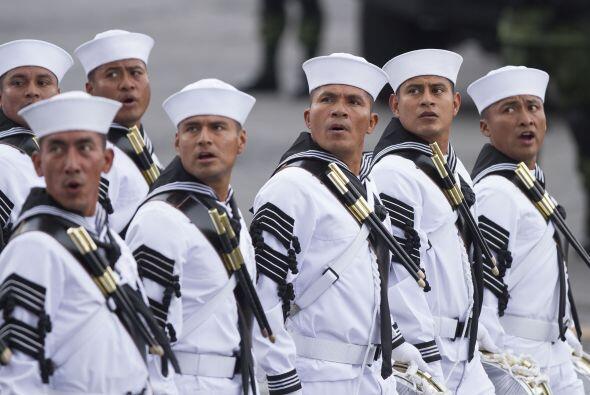 Los marinos también participaron en el desfile con sus uniformes complet...