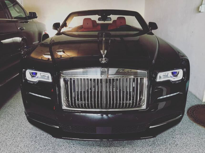 El Rolls Royce Phantom Drophead en pleno descanso en el garaje de Conor...