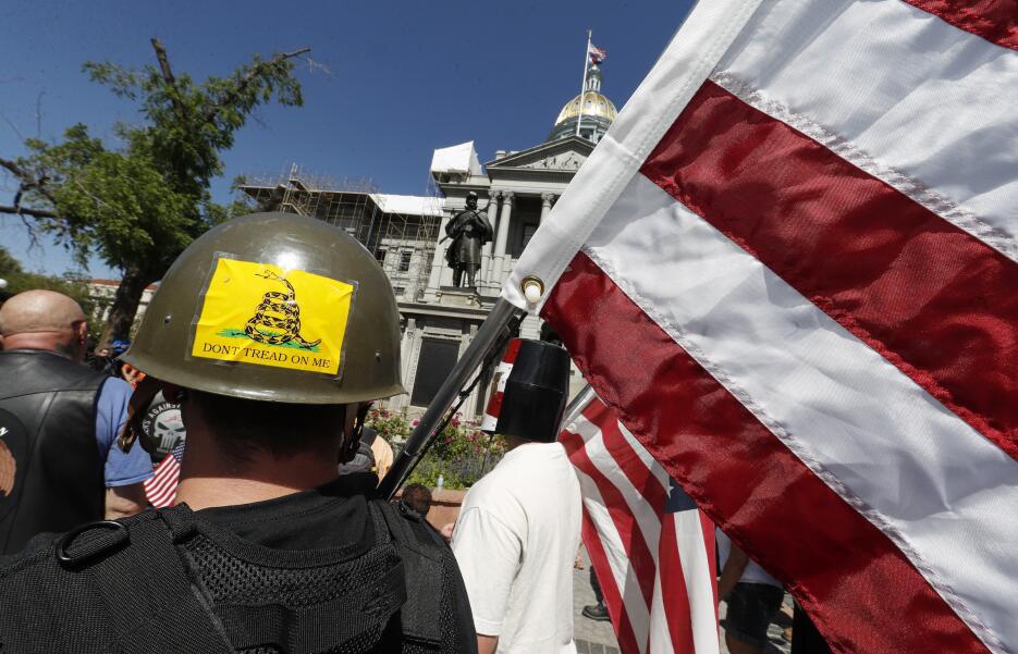 Manifestantes anti-sharia frente al Capitolio de Denver portaron bandera...