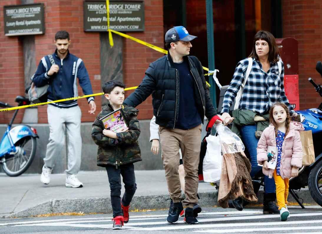 Padres recogen a sus hijos de una escuela cercana al suceso.