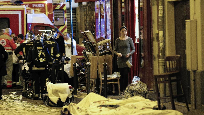 Ataques en París, víctimas cubiertas con mantas