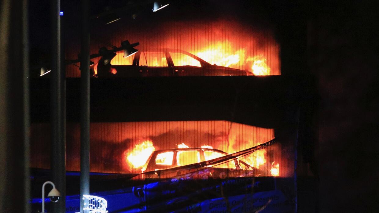 Varios vehículos arden en un estacionamiento de varias plantas en el Ech...