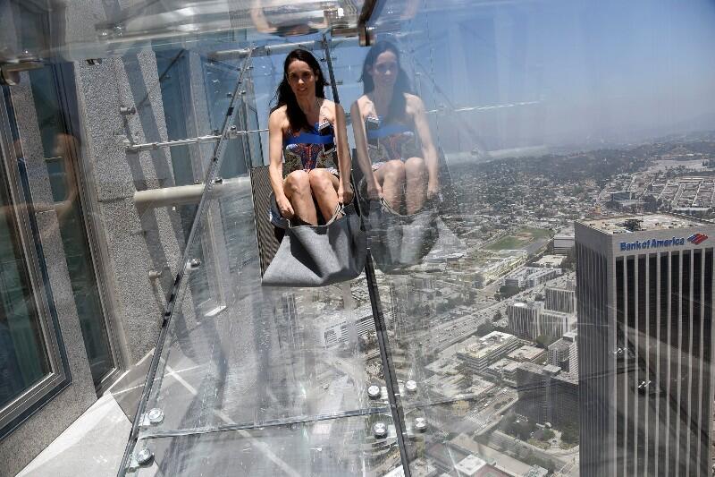 Una mujer se desliza por la rampa 'Skyslide' en Los Ángeles