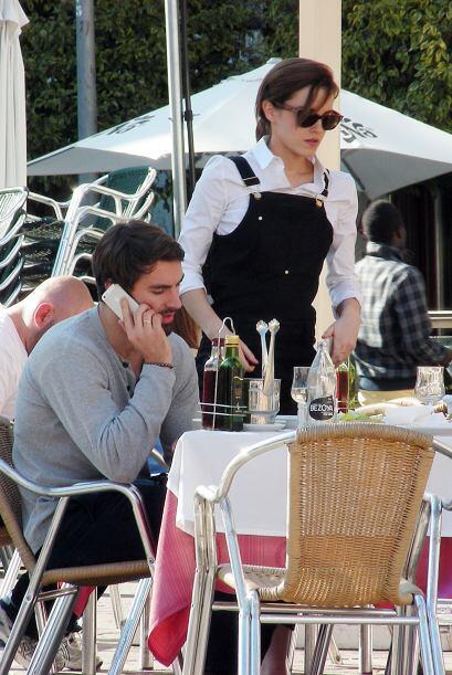 Incluso se levantó de la mesa para llamar la atención de su novio para q...
