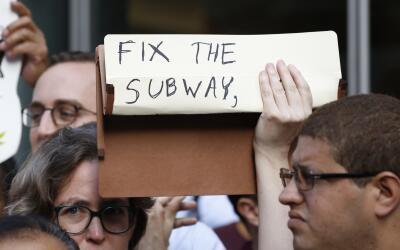 Una mujer muestra con un cartel de 'Arregla el metro' en una protesta co...