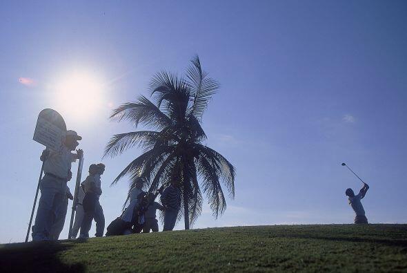 Para viajar de forma temporal al exterior los cubanos necesitan un Permi...