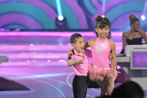 A los pequeños les da bastante alegría hacer lo que aman, bailar.