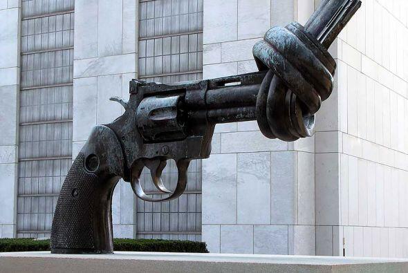 La pistola anudada, Nueva York - E sta escultura deja bien clara la idea...