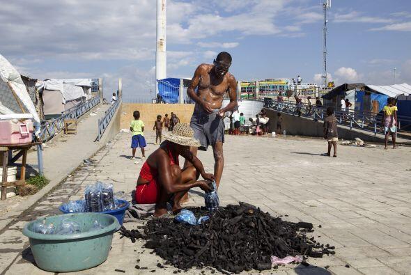 Los restos de edificios están por todas partes en la capital haitiana: b...