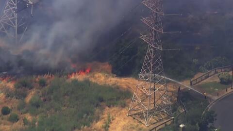Incendio de pastizales daña zonas residenciales en Vallejo