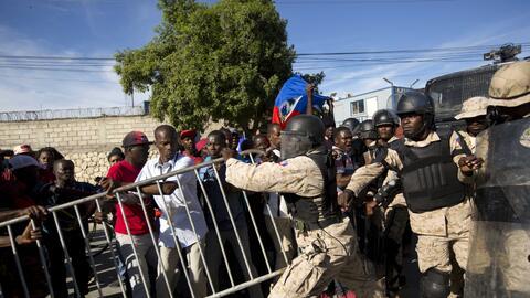 Manifestantes se enfrentan a la policía nacional cerca de la embajada de...