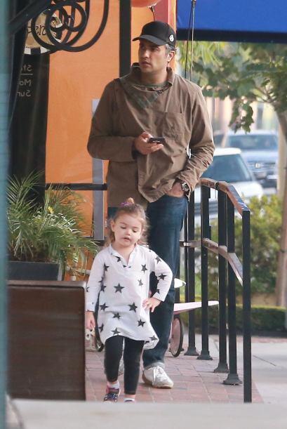 Jaime iba cuidando a la pequeña Elena.