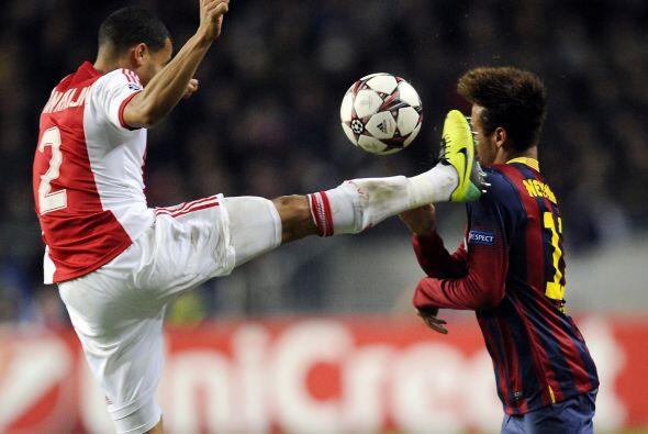 Para el segundo tiempo, Neymar se llevó algunos 'recuerditos' de la bata...