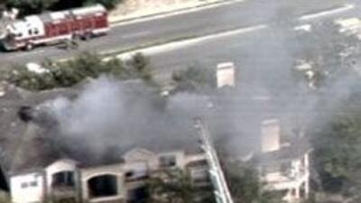 Las autoridades y bomberos decidieron desalojar a todo el edificio.