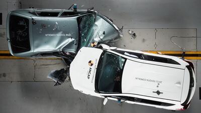 La estructura de un Toyota Corolla 1998 (derecha) cede totalmente ante l...